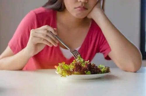 Femeie care consumă salată