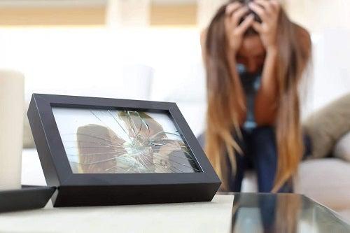 Femeie care a spart o ramă foto
