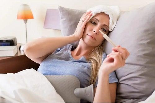 Femeie care primește tratamentul gripei aviare