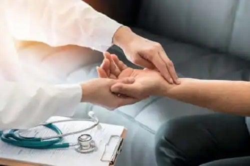 Medic care măsoară ritmul cardiac
