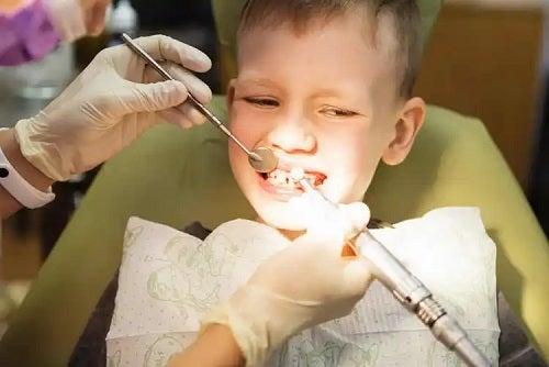 Medic care aplică ortodonția la copii