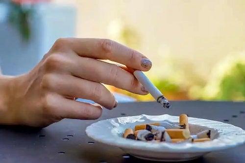 Persoană care nu știe că țigările cu mentol sunt periculoase