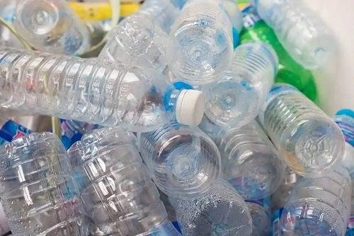 Gramă de PET-uri ce pot fi reciclate