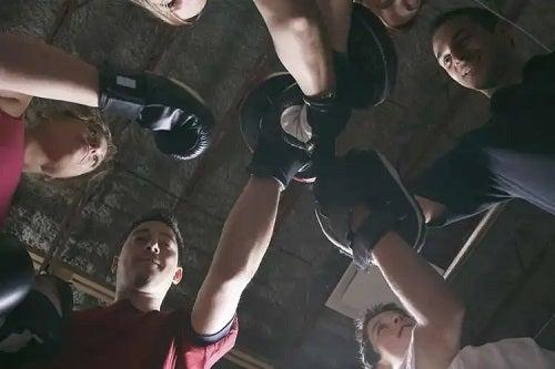Prieteni care profită de beneficiile fitboxingului