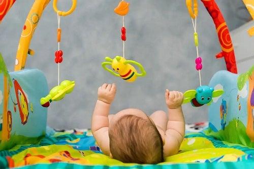 Stimularea capacității vizuale bebelușului cu jucării