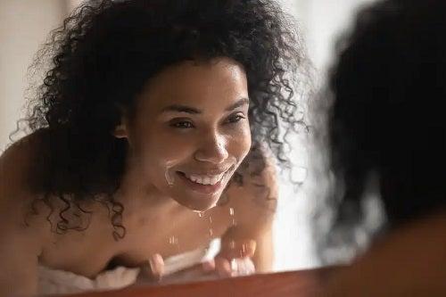 Apă rece sau caldă pentru spălatul feței? Ce funcționează mai bine?