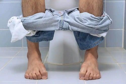Bărbat constipat la toaletă