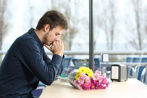 Bărbat ce suferă după o despărțire neașteptată