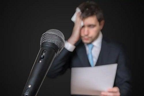 Bărbat cu teama de a vorbi în public