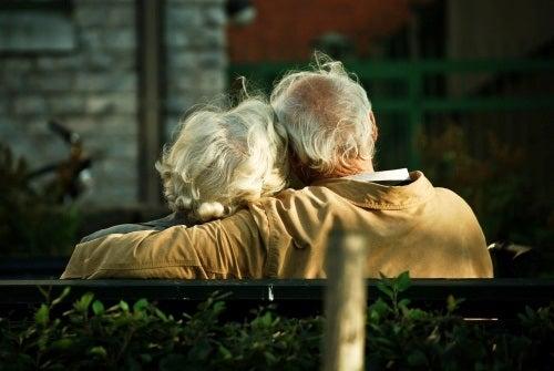 Bătrâni pe bancă în parc
