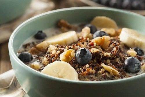 Bol cu cereale și fructe