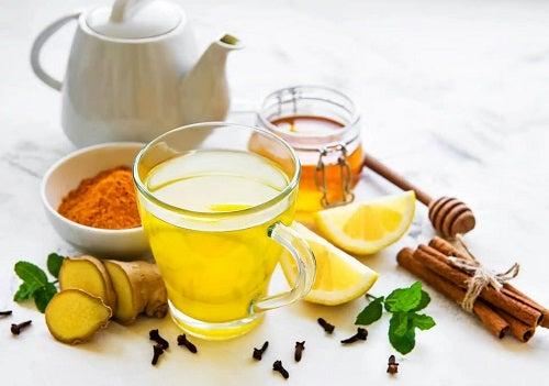 Cană cu remediu de curcuma cu miere