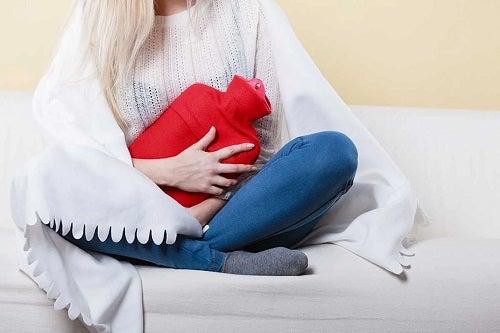 Femeie cu crampe menstruale