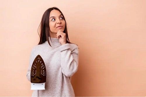 Femeie care curăță siliconul de pe haine