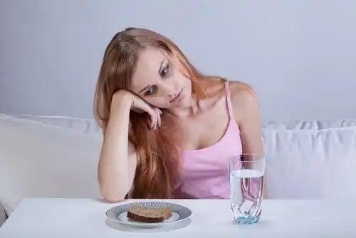 Fată care simte efectele tristeții asupra corpului