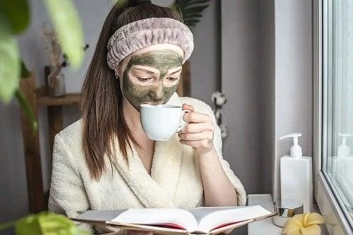 Fată care folosește măști antioxidante cu ceai verde