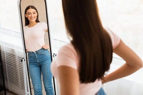 Fată care se uită în oglindă