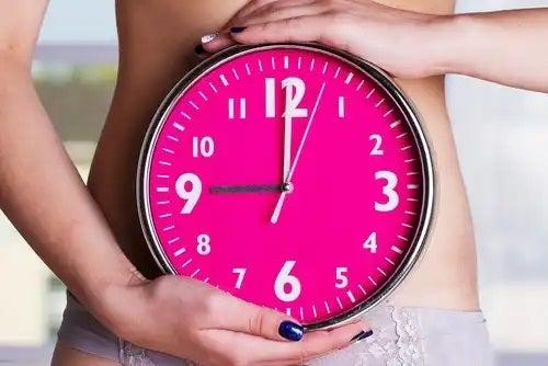 Femeie care ține un ceas