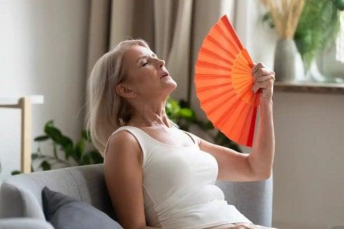 Femeie care se confruntă cu menopauza și hipertensiunea