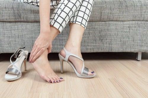 Femeie care are nevoie de tratamentul calusurilor