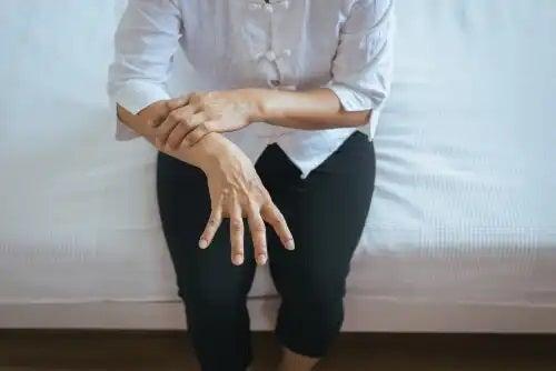 Femeie care suferă de Ziua Mondială a Parkinsonului