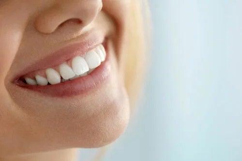 5 metode naturale pentru albirea dinților
