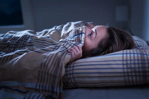 Persoană ce simte anxietatea la trezire