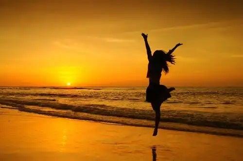 Persoană dansând pe plajă