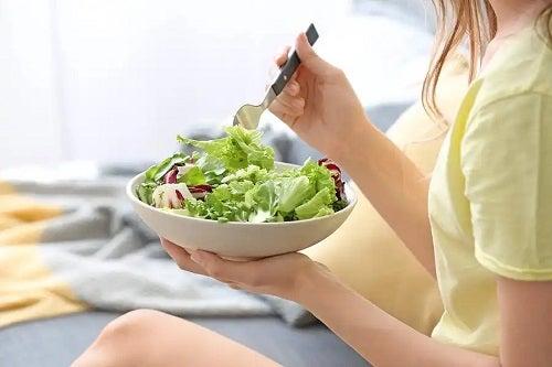 Persoană care consumă salată