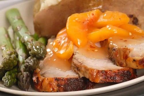 Piersici în sirop cu carne la cuptor