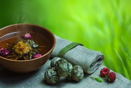 Remediu natural pentru crampele menstruale pe bază de plante