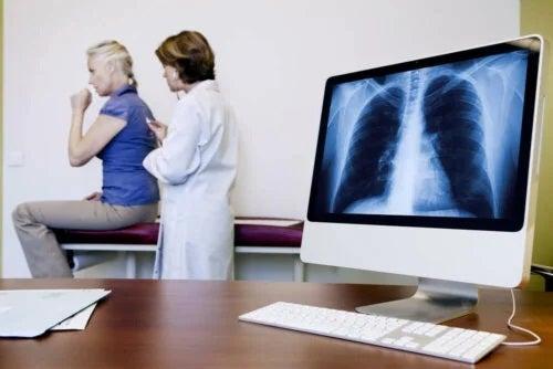 Care sunt cauzele și simptomele azbestozei?