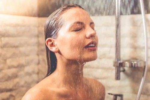Apă rece sau caldă pentru spălatul feței