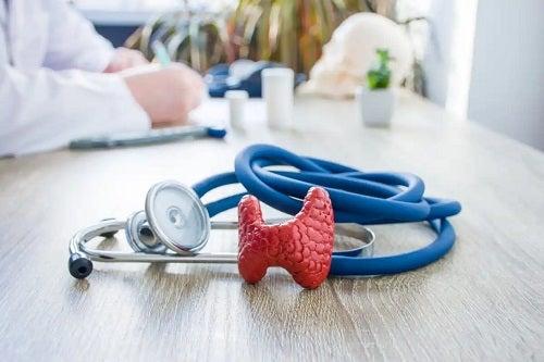 Stetoscop pe biroul medicului