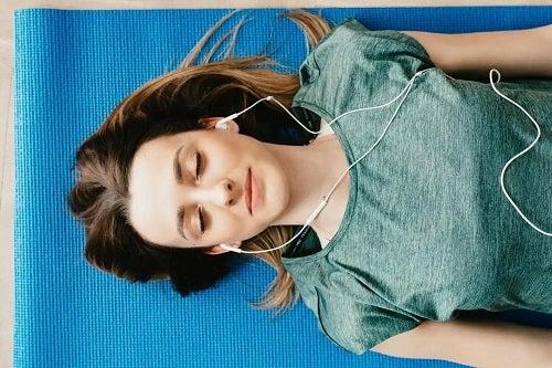 Tânără care se relaxează