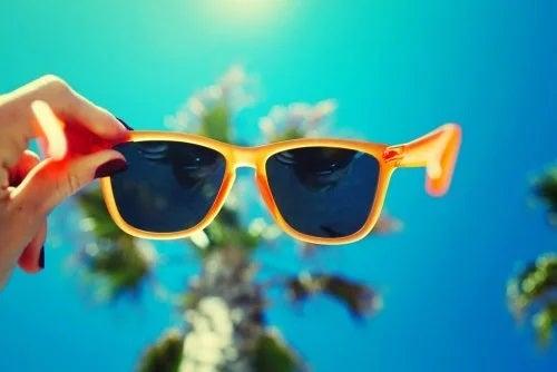 De ce trebuie să purtați ochelari de soare în oraș și la plajă