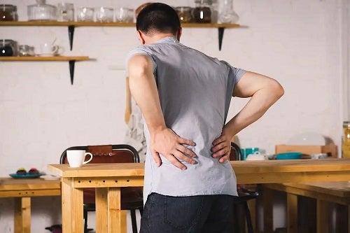 Bărbat care suferă în tăcere de ziua mondială a spondilitei anchilozante