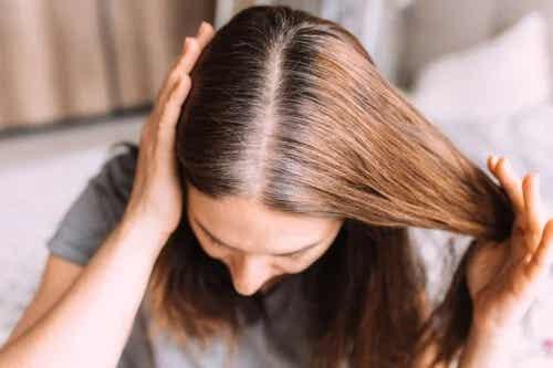 Cum să evitați albirea prematură a părului: sfaturi utile