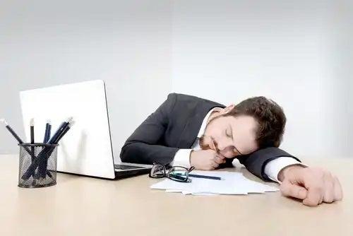 Bărbat obosit la birou