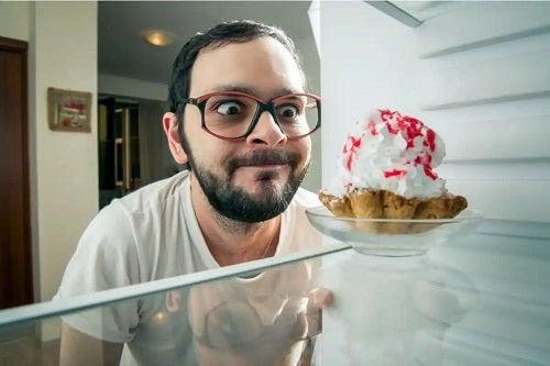 Bărbat care consumă o prăjitură