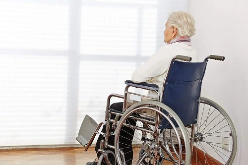 Bătrân în scaun cu rotile