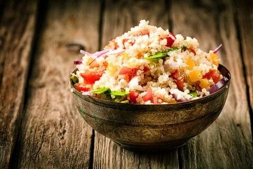 Bol cu salată cu quinoa
