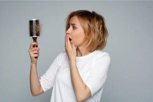 Cum să opriți căderea părului cu remedii naturale: rețete utile