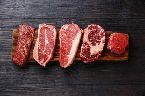 Bucăți de carne roșie