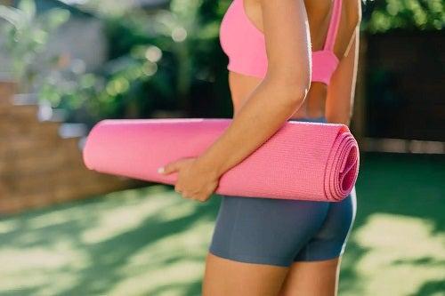 Cum să vă întindeți coloana vertebrală făcând yoga