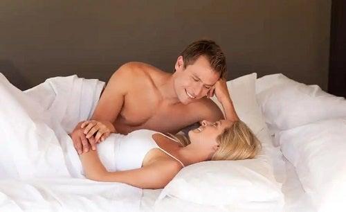 Cuplu care discută despre inelul vaginal