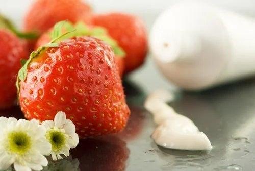 Putem elimina petele pielii cu căpșuni
