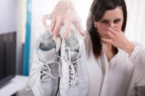 Trucuri pentru eliminarea mirosului urât din adidași