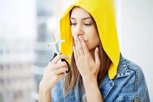 Fată care manifestă sindromul de întrerupere a nicotinei