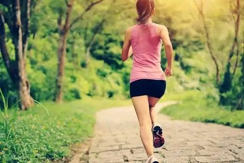 Femeie care aleargă în parc